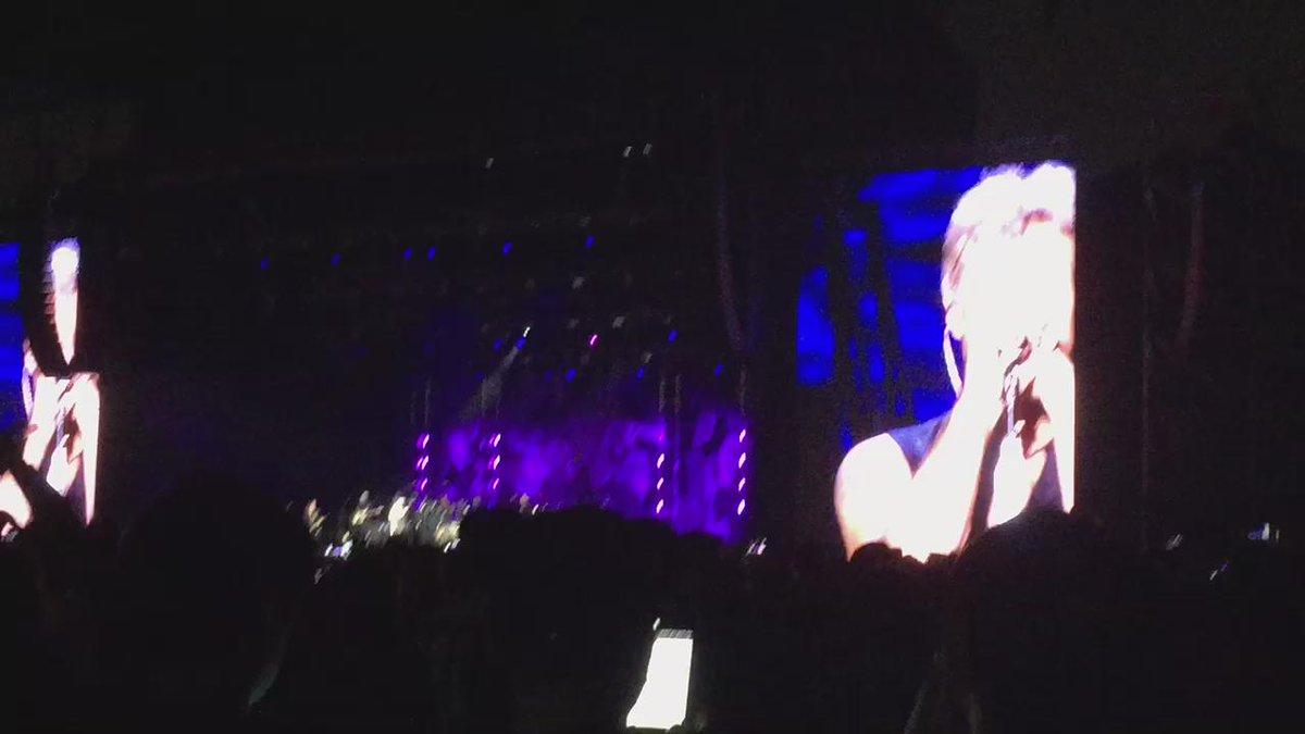 Always.. Bon Jovi..!! 다음 사는 기타 이름은 Bon Jovi로 짓기로 했다. 아아.. 나의 정체성을 되찾은 듯한 시간...  #본조비 #bonjovi #보조경기장 #seoul #live http://t.co/gljcfVU7so
