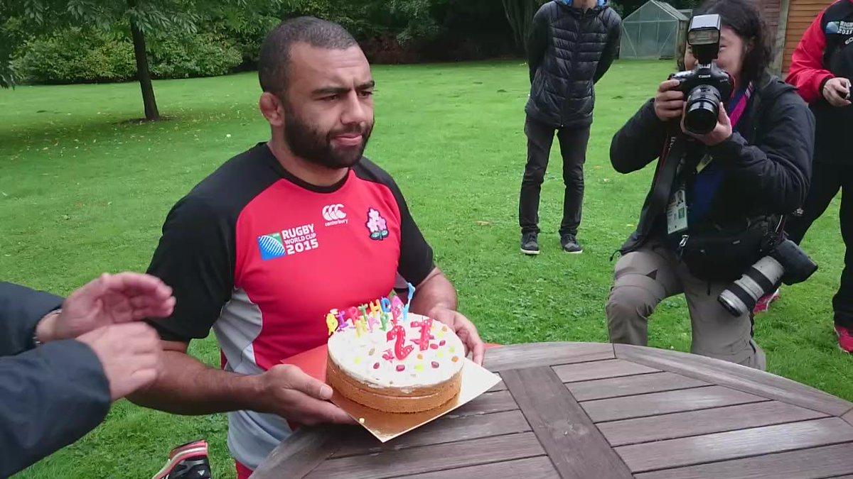 【日本代表 情報】リーチ マイケル選手は、今日が27歳の誕生日! チームを牽引する主将が、報道陣のお祝いにステキな笑顔♪おめでとうございます!!  #RWC2015 #rugbyjp #JapanWay  @g_leitch http://t.co/aLaQ7fX02G