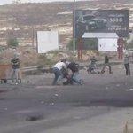 El sionismo sigue haciendo de las suyas, militares disfrazados pegan y disparan en el suelo a palestinos. http://t.co/duXTf9iwql