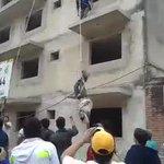 Albañiles de obra en San Lorenzo evitaron que un motoasaltante lleve su sueldo quincenal y lo colgaron de los pies. http://t.co/WdPH9kk1yH
