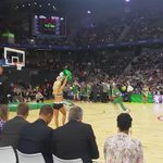 En los Celtics machaca hasta Lucky the Leprechaun. ESPECTACULAR. #NBAMadrid http://t.co/Vv1yvAETW2