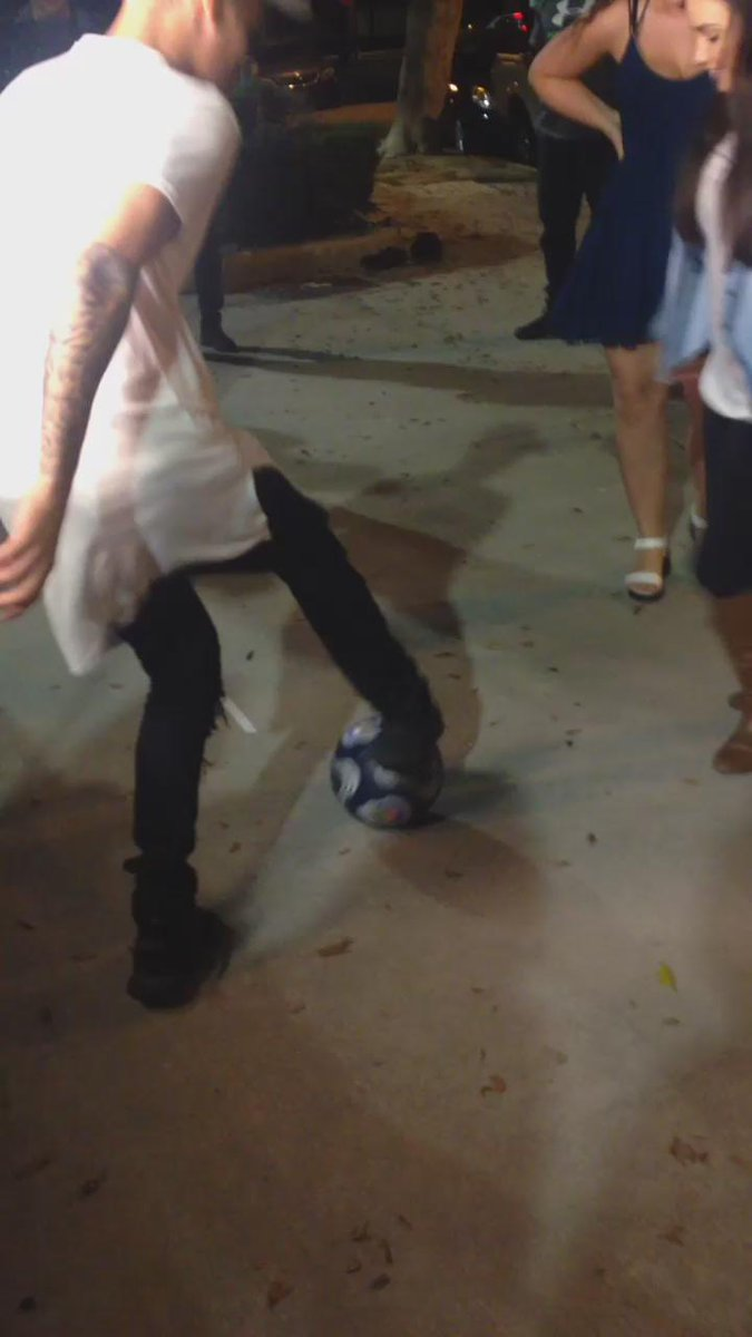 My favorite!! @justinbieber playing soccer with the gorgeous @TatumBateman !!!! http://t.co/gEo6EvOMH4