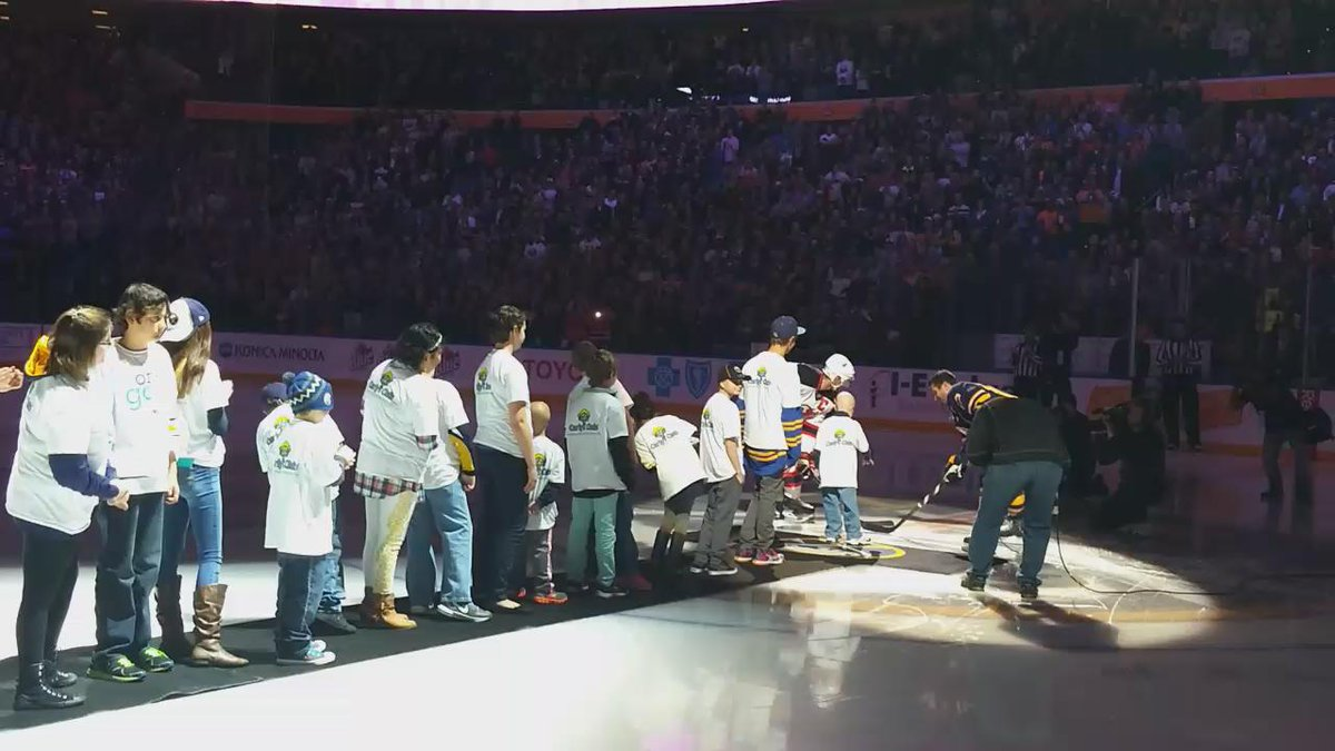 An amazing moment pregame as 18 @CarlysClub kids drop the puck at the @BuffaloSabres #HockeyFightsCancer game. https://t.co/ZqILuwwEBw