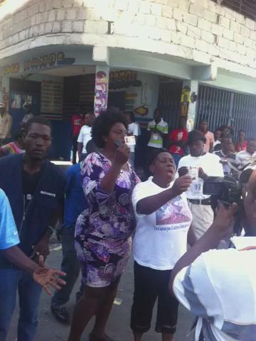 Video: Voters in Bel Air are upset they can't vote at nearly 10am #Haiti #elections #Haitielections https://t.co/tyUc6aJKUo