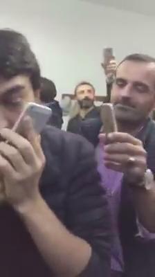 فيديو/ مواطن تركي بسيط يجلس في مقهى قال لأصدقائه : سأتصل على اردوغان ؟ قالوا له : هل أنت مجنون .. لن يرد .! https://t.co/Js5Ixy4o4D