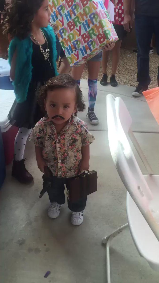 olm bu ney lan?! izleyip izleyip gülüyorum sşfldjsşjslsjsjdk Pablo Escobar!! https://t.co/pqVV5sKWWh