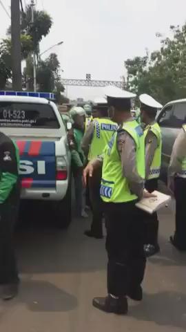 Oknum polisi main gampar pengemudi gojek. SEBARIN!!  [ via @jokoanwar ] https://t.co/9cLxuoE5wl