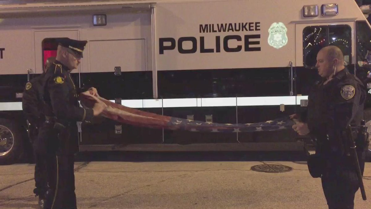 .@MilwaukeePolice restore honor to American flag torn and burned by protester earlier this evening. https://t.co/pXB8bEt7Ao