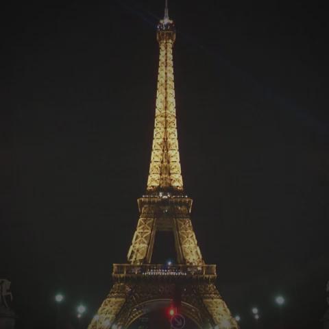 La Torre Eiffel apaga sus luces tras ataques terroristas en París   ► https://t.co/enJKAeXWtq https://t.co/WMAUtIL2Pb