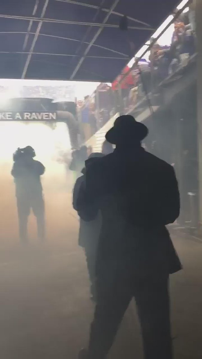 Have y'all seen this?! #behindthescenes @TwentyER coming out @Ravens tunnel pre-game #Baltimore #ringofhonor https://t.co/JmBtoldDvN