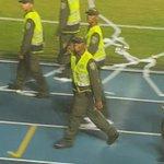 Aquí tienen al policía que se paseó por la pista del Pascual provocando la tribuna! https://t.co/aNEUnsFPqB