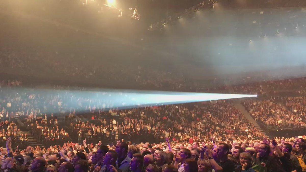"""Ou quand Bercy tout entier chante la Marseillaise au concert de @JohnnySjh après """"un dimanche de janvier"""". Sublime. https://t.co/Zs5DYOd6Ys"""