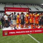 Momento de levantar a taça! O Corinthians conquistou o inédito bicampeonato do Paulista Sub-20! #TodoPoderosoTerrão https://t.co/IXELcyK9eD
