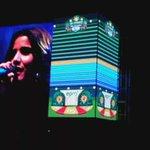 Estamos con @MartinaMusica y @LosCandelarios interpretando La tierra del olvido en los #AlumbradosEPM https://t.co/66r6UE36ch