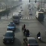 Een bizar ongeval in China. Een camera filmde hoe 3 autos werden opgetild: https://t.co/FCUuv5Yin8 https://t.co/P0Tx1NDKDi