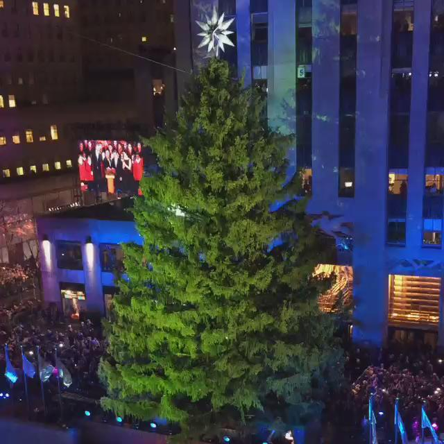 The holiday season has officially begun in NYC! @rockcenternyc #RockCenterXMAS https://t.co/olq4I5dV1A