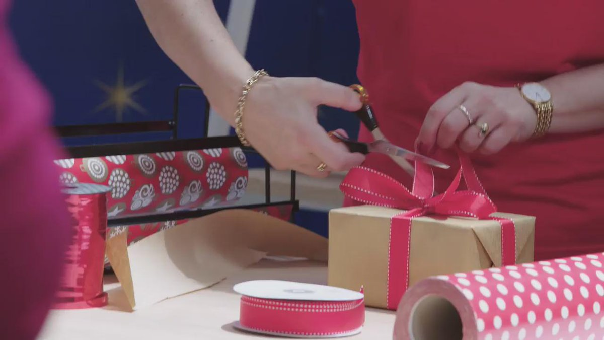 Had a ball trying to perfect my wrapping skills @Westfieldau Jx ##THISISCHRISTMAS https://t.co/D4LkFAL5qI