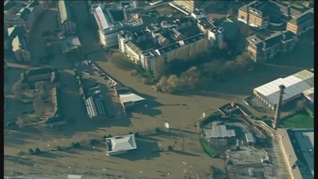 The BBC News helicopter has captured scenes of the extent of the flooding in York. https://t.co/8Opbd8ADWu