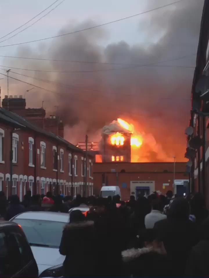 This is what the fire looks like like at the moment. Ross Walk #Leicester @BBCLeicester https://t.co/DFZHV9Yhws