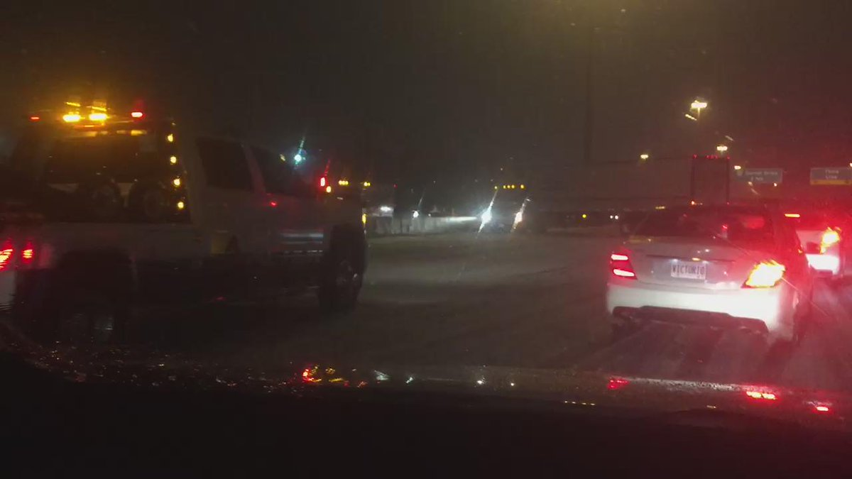 Sign you should NOT be on the roads right now : tractor trailer facing the wrong way on QEW EB @ dorval #TOstorm https://t.co/ul6qHSdOzD