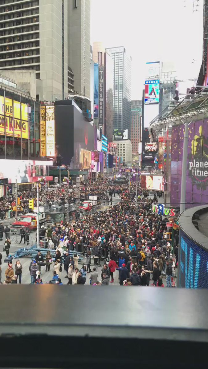 RT @NYRE: Times Square is starting to fill up! ✨ Who can't wait for the ball to drop TONIGHT on #RockinEve?! https://t.co/wIKzqMAimL
