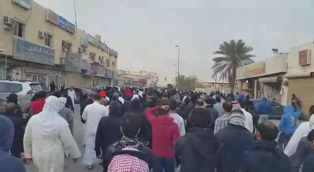 Video: courageous #peaceful protestors in #Awamia, #SheikhAlNimr, hometown. #SheikhNimr  #SaudiArabia  #الشيخ_النمر https://t.co/qPxpXQtFn1