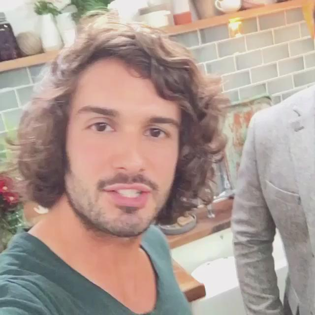 RT @thebodycoach: Check out my post workout smoothie with @jamieoliver for @DrinksTube ???? #Leanin15   https://t.co/dlxgugaJ3p https://t.co/m…