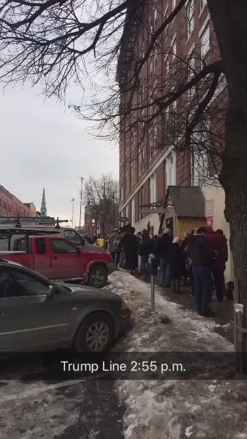 Line has extended well beyond King Street for Trump event. #trumpvt https://t.co/HicyLh36i5