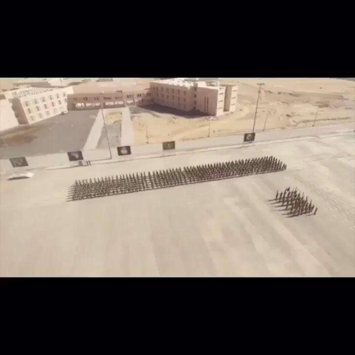 عرض عسكري من الجنود البواسل السعوديين وتشكيل  كلمة سلمان الحزم والعزم https://t.co/NoBi0Wv1nd