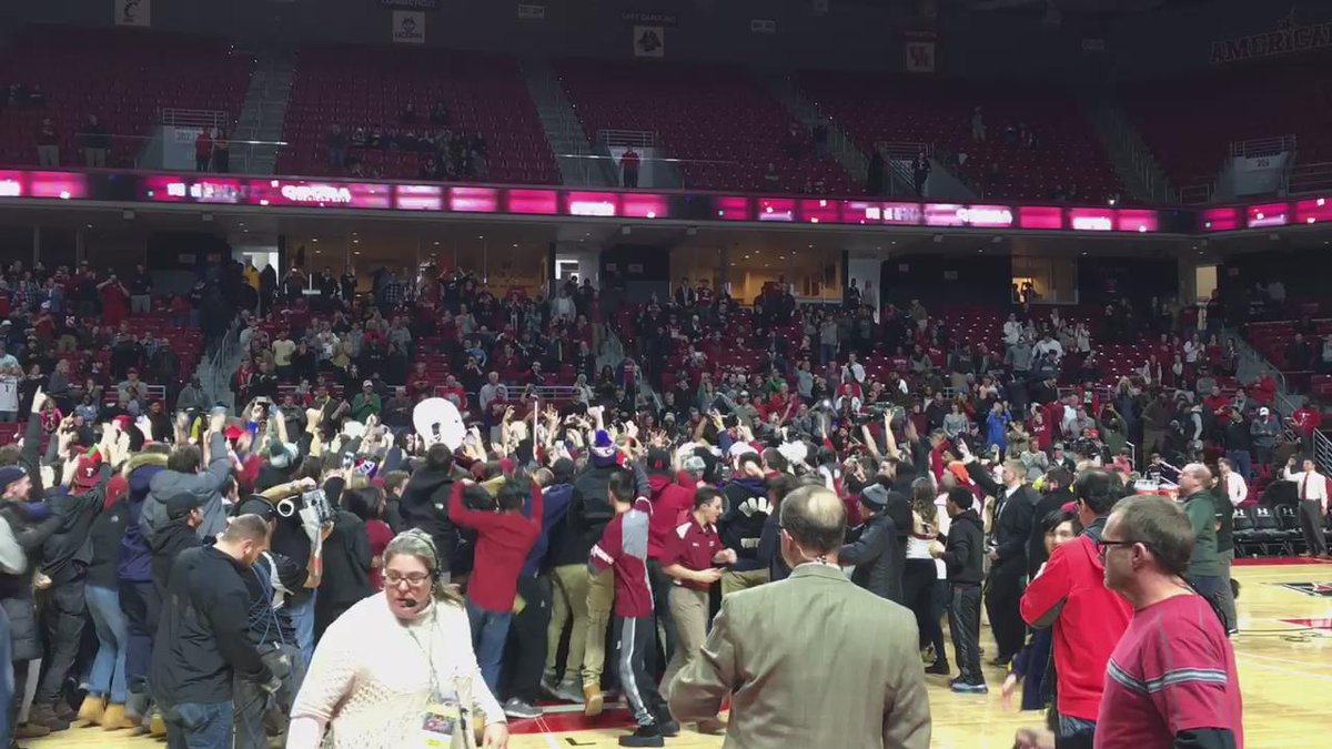 A good old-fashioned court storm at the Liacouras Center after Temple beats No. 8 SMU, 89-80. https://t.co/t9rZddJ9Yc