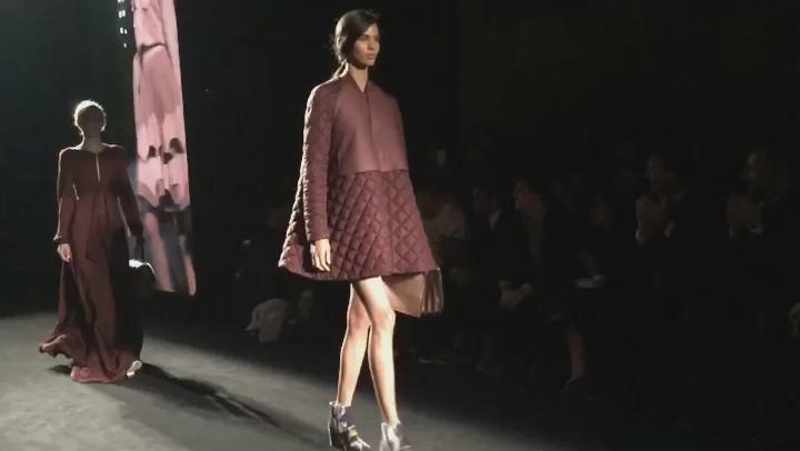 Nuestro vestido favorito de #Lupo a cámara lenta 😉 #080bcnfashion @080_bcn_fashion https://t.co/5IpELJWDYK