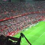 Saltan los jugadores del Sevilla y suena su himno a capella.. I m p r e s i o n a n t e  https://t.co/7YPoD10P3C