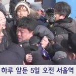 [영상]수구단체 어거지연합 늙은이 수십명이 5일 설연휴 귀향객들을 대상으로 서울역 서명운동을 벌이던 세월호참사 유가족과 시민들에게 주먹을 여러차례 휘둘러 폭행 코피를 나게 한 어거지연합 회원이 경찰에 연행됬다 https://t.co/uojCjU6r3h