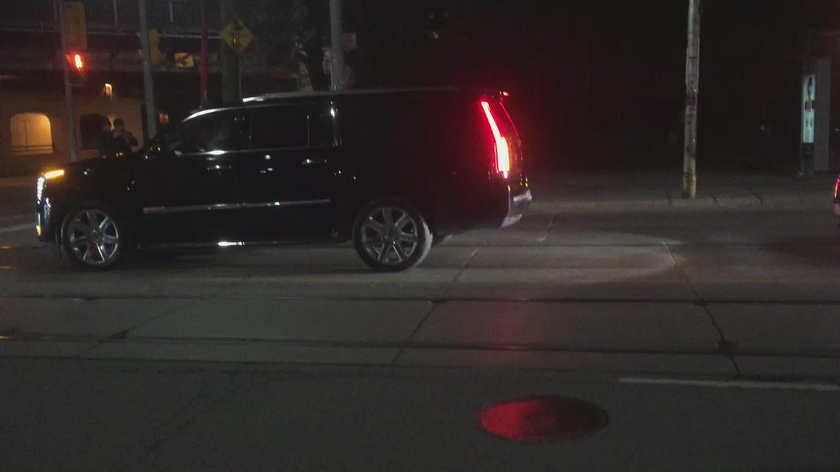 Man of the hour!! @drake arrives to the video shoot with @rihanna - @KiSS925 https://t.co/AlUNWCgBIe