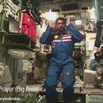 وحيثما كنتم فولوا وجوهكم شطره حتى الفضاء رائد الفضاء الماليزي المسلم مظفر شكور يصلي داخل محطة الفضاء الدولية https://t.co/mKkqhN7vNX #الصلاة