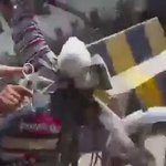 #الحديدة  فيديو لمحمد الحوثي وهو يركب دراجة نارية للتنقل في شوارع مدينة الحديدة خوفا من قصف طائرات التحالف https://t.co/2SRlS9Fq2p