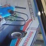 Ayudante de Bus de Sotracor se cayó del techo del vehículo en el Centro de Montería. Video de Ciudadano Periodista https://t.co/tLZ27V1UWy