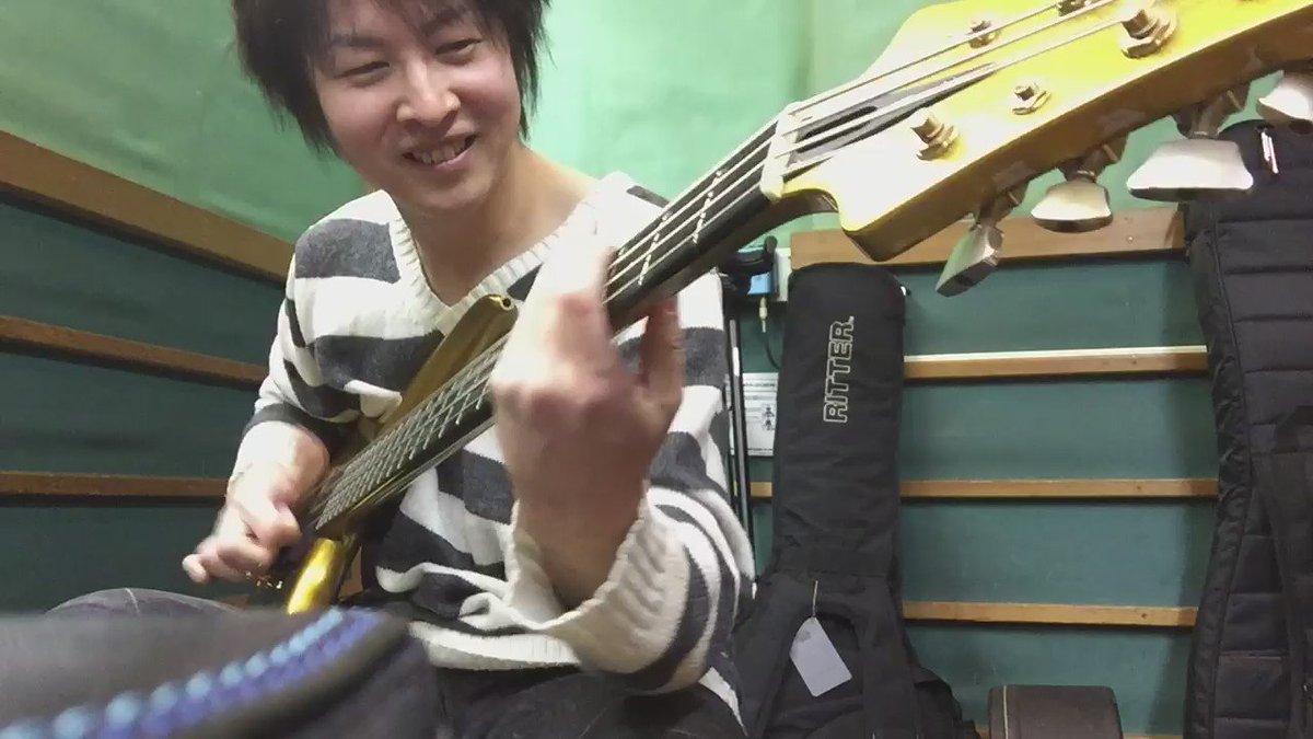 ナルチョさんの8弦ベースを体験中。 ナルチョさんはこの複弦ベースを使って長い間音楽を演奏し続けて、、 IKUOさんは以前、即興で複弦の細い弦だけを器用に弾き分けてソロを取ってたり、、 お二人ともなんなんだっ(笑) https://t.co/h7kHl4akAD