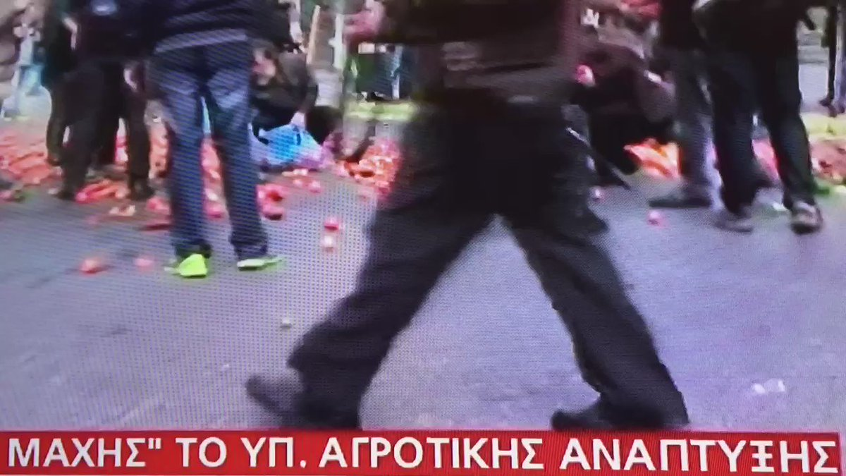 #Greece Sad: after farmers pelted police with tomatoes, people emerge to collect them of the street #agrotes #megatv https://t.co/Ib70ZwyhLb