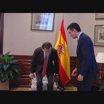 #Vídeo | Pedro Sánchez tiende la mano y Mariano Rajoy se abotona la chaqueta https://t.co/qI6QIKmIs5  https://t.co/TOUz0RLTTl