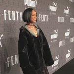 Rihanna pousando para as fotos e dando entrevistas minutos antes do desfile. #FENTYxPUMA https://t.co/GrqNqp30E3