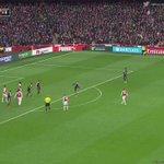 Mesut Özil bakıyor, ortalıyor ve Welbeck... https://t.co/Af4tjOTSzu