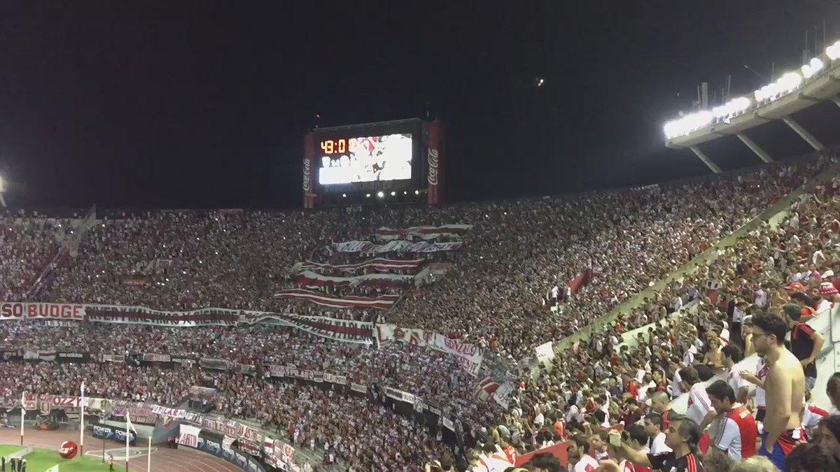 Anoche en el Monumental, 43' del segundo tiempo, el equipo perdía y la gente alentaba así: https://t.co/0ayeDtP6qW