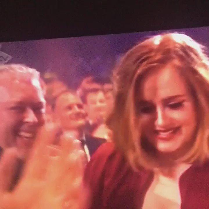 İşte o çok konuşulan görüntü! Adele ödülünü almaya giderken Justin Bieber'ı öptü! #BritPowerTv https://t.co/daHv8upyxP