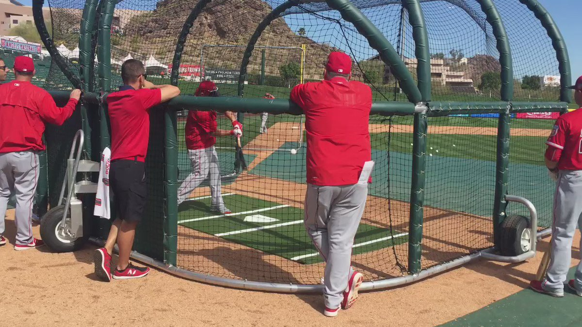 I'm sorry it's Monday. Here's Mike Trout swinging a baseball bat ... https://t.co/CrsPVWqWVn