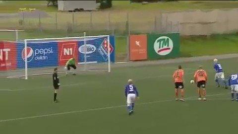 Vocês aí chocados com a Islândia, mas nesse vídeo de 2010 já ficava clara a disciplina tática do futebol islandês. https://t.co/J6bnfOnHeL