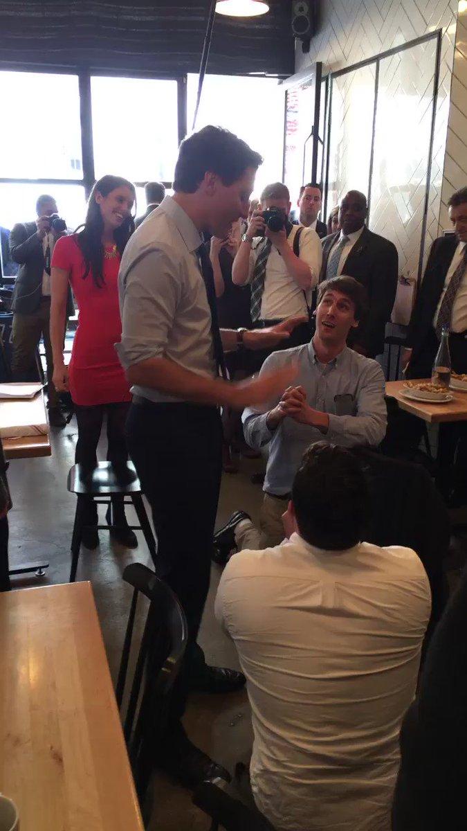 Justin Trudeau dans un resto de Manhattan. Ces 2 Américains le supplient de se lancer dans la course présidentielle! https://t.co/QgrrEdVaIj