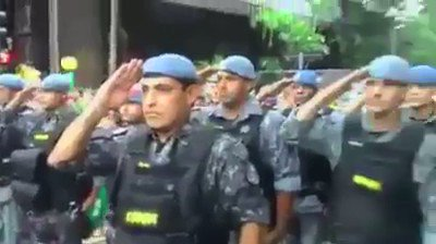 #17M SÃO PAULO - Polícia Militar de SP saluda a manifestantes. ¡Indescriptible! https://t.co/SSzLGp3S9M