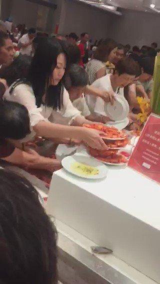 好可怕……RT @szstupidcool 强国人在泰国自助餐之盛景。 https://t.co/ngmcHf7vD8