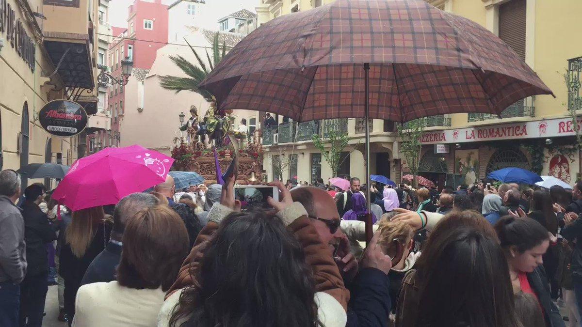 Arranca a llover y la Pollinica a correr #CofradiasMLG https://t.co/uh9wuRhGPV